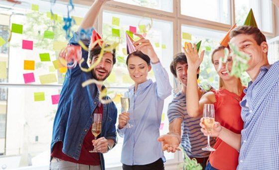 Studenten von Start-Up feiern Fasching Party mit Luftschlangen